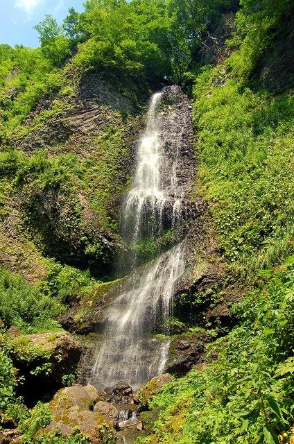降る滝 遠景